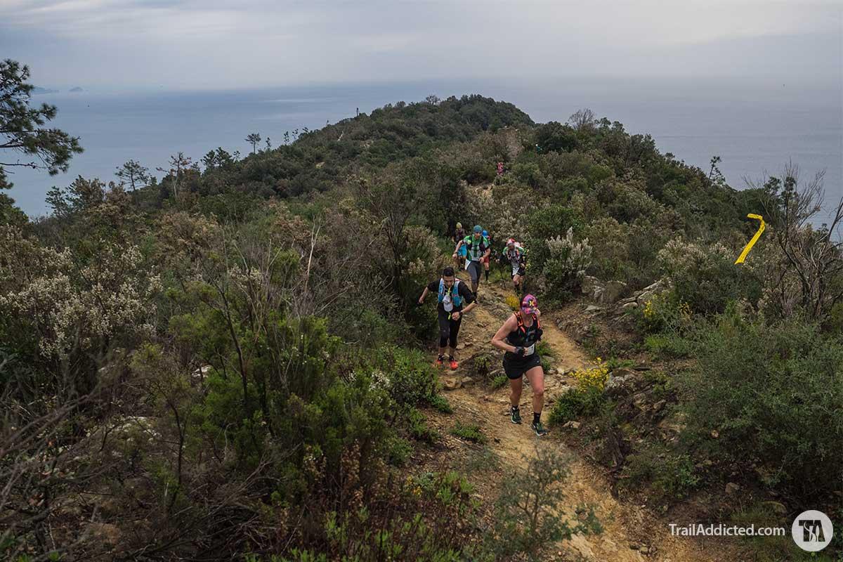 Sally McRae Team Nike Trail Elite al passagio di punta Mesco