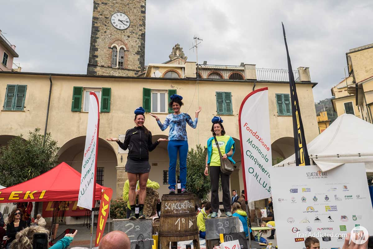 Il podio femminile di Sciacchetrail 2017 con Cinzia Bertasa, Sally McRae 2a e Giulia Botti 3a con il copricapo della tradizione